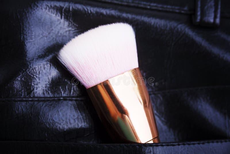 Berufsmake-upbürste in der Tasche der schwarzen Hose stockbilder