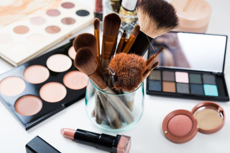 Berufsmake-upbürsten und Werkzeuge, kosmetische Produkte eingestellt stockbilder