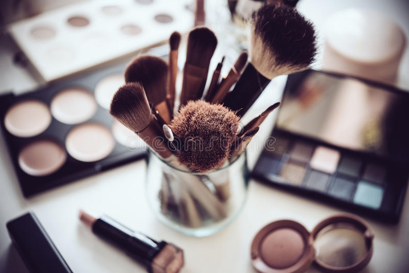Berufsmake-upbürsten und Werkzeuge, kosmetische Produkte eingestellt stockfotos