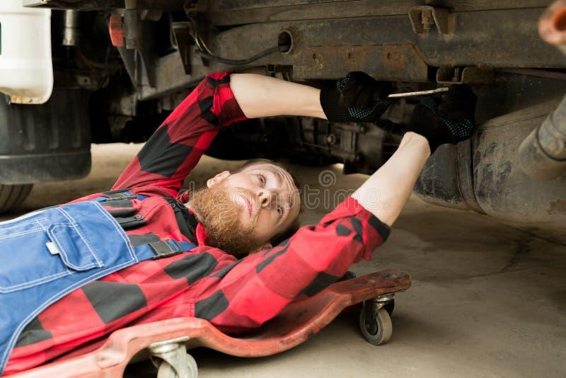 Berufsmechaniker Repairing Vehicle lizenzfreies stockbild