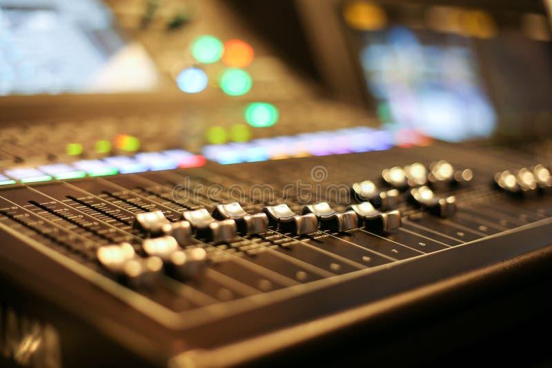 Berufsmischende Audiokonsole mit Faders und Einstellknopf stockfotos
