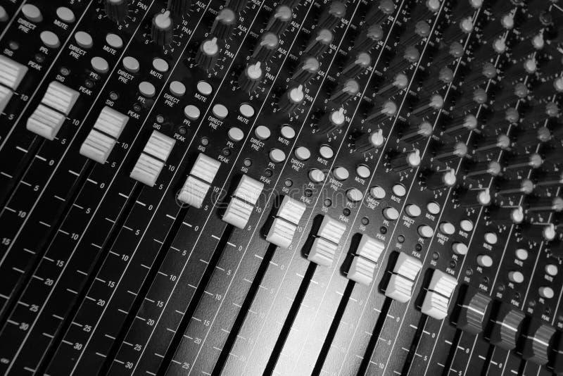 Berufsmischende Audiokonsole mit Kodierer der digitalen Steuerung lizenzfreies stockfoto