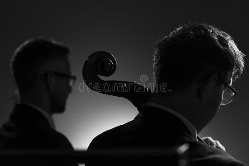 Berufsmusiker, die ein Konzert der klassischen Musik spielen lizenzfreie stockfotografie