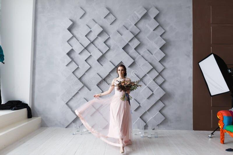Berufsphotographiestudio, das hinter den Kulissen Lichter auf Brautmodell zeigt stockfoto