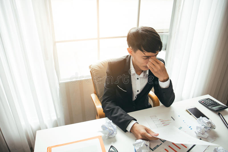 Berufsrechtsanwalt des asiatischen männlichen Geschäftsmannes ist müde stockfotografie