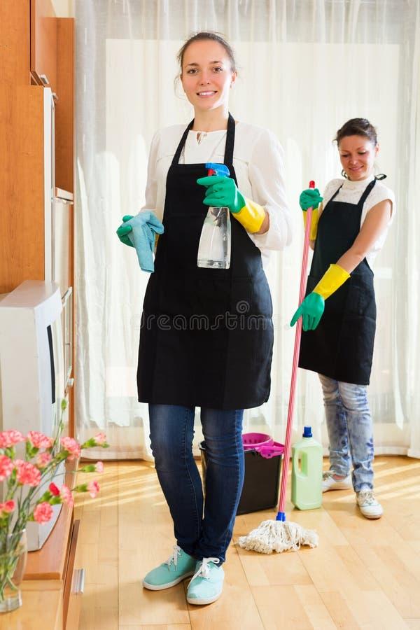 Berufsreiniger, die Wohnung waschen stockbilder