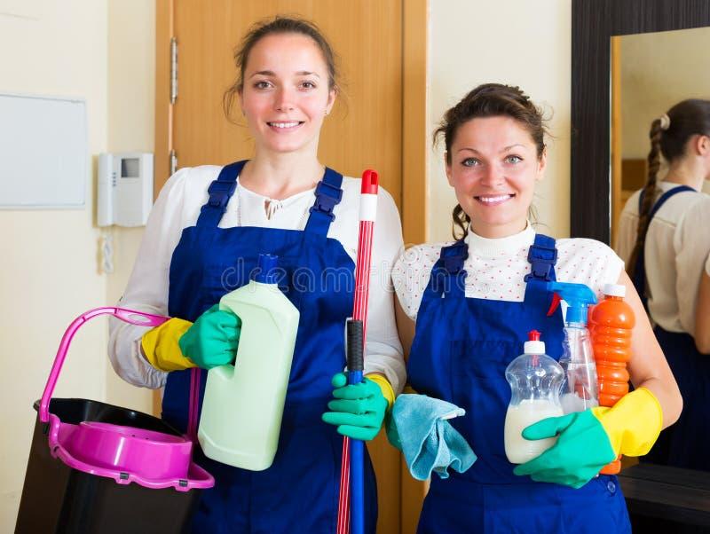 Berufsreiniger, die Wohnung waschen lizenzfreies stockfoto
