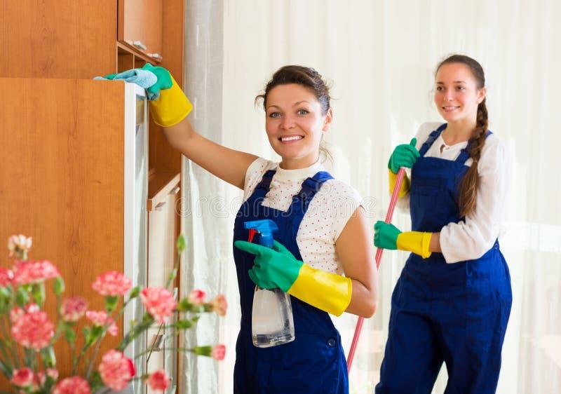 Berufsreiniger, die Wohnung waschen stockfoto