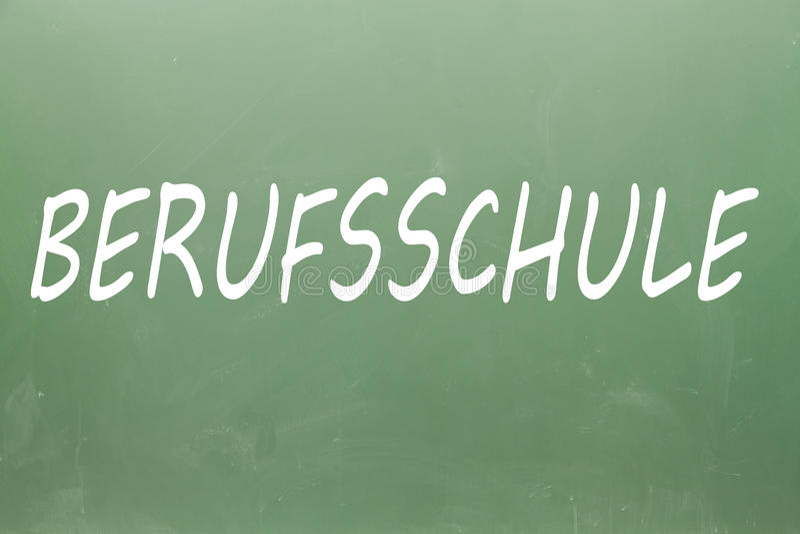 Berufsschule Berufsschule职业学校用在黑板写的德语 免版税库存照片