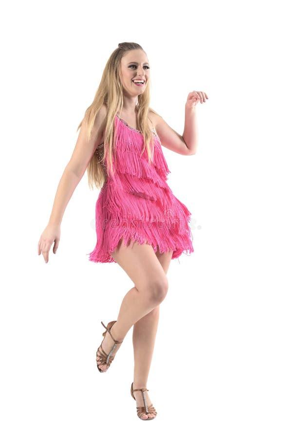 Berufstänzertanzen des entspannten glücklichen blonden Latino und lächelndes weg schauen lizenzfreie stockfotografie
