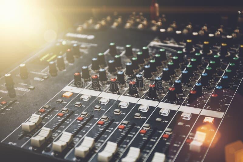 Berufstonmeister im Studio für Ausrüstung der Musik und der Tonaufnahme lizenzfreies stockfoto