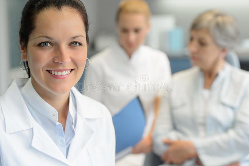 Berufszahnarztfrauenkrankenschwester mit Patienten stockfoto