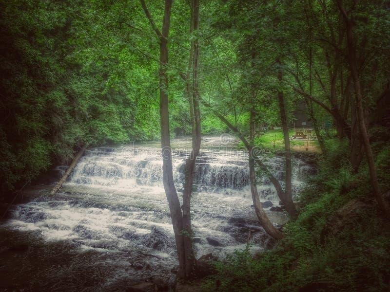 Beruhigender Wasserfall lizenzfreies stockbild