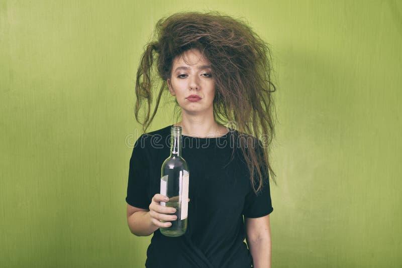 Berusad flicka med en flaska arkivfoto