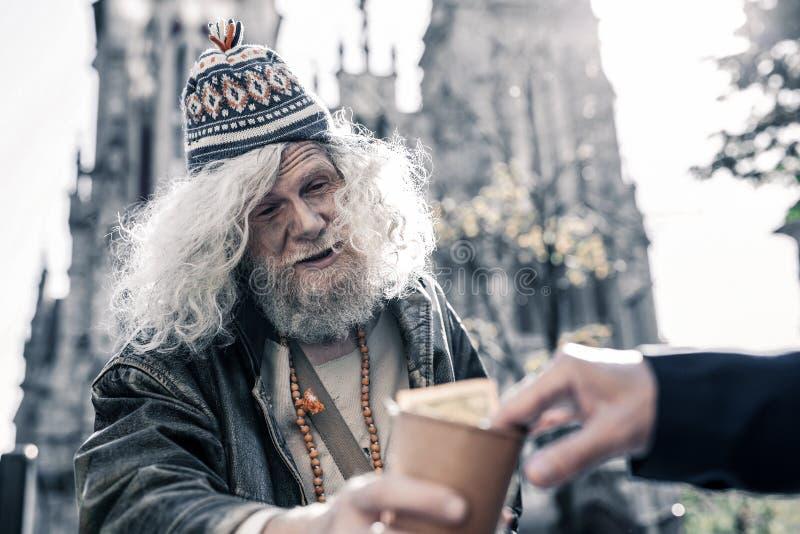 Berusad nedsmutsad man som bor på gatan och tigger gångare arkivfoto