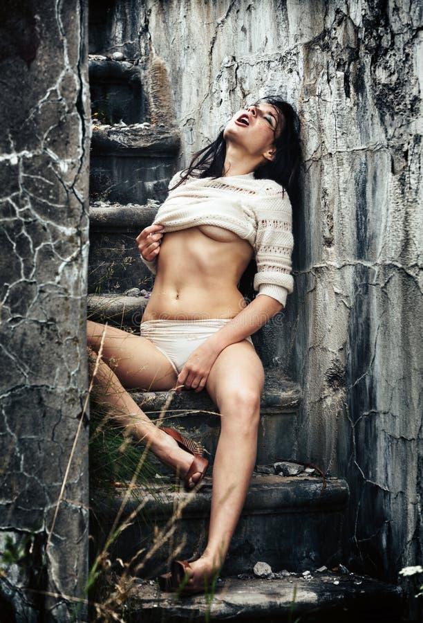 Berusad ung kvinna på trappan royaltyfri foto