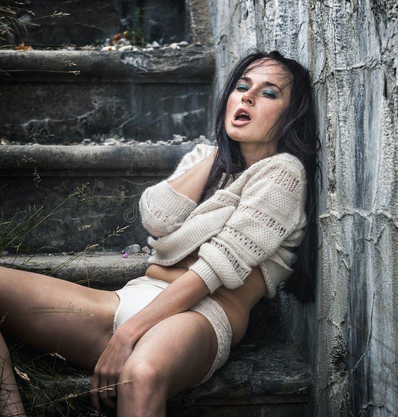 Berusad ung kvinna på trappan royaltyfria bilder