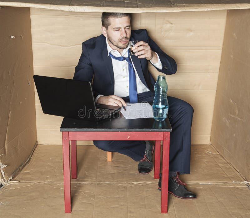 Berusat affärsmansammanträde i kontoret arkivfoton