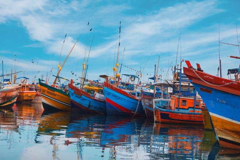 Beruwala, Шри-Ланка - 10-ое февраля 2017: Рыбацкие лодки стоят в гавани Beruwala, рыбном базаре в районе Bentota или Aluthgama стоковая фотография rf