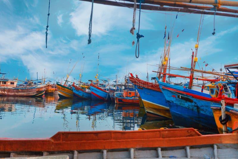 Beruwala, Sri Lanka - 10 février 2017 : Les bateaux de pêche se tiennent dans le port de Beruwala, poissonnerie dans la région de photo stock