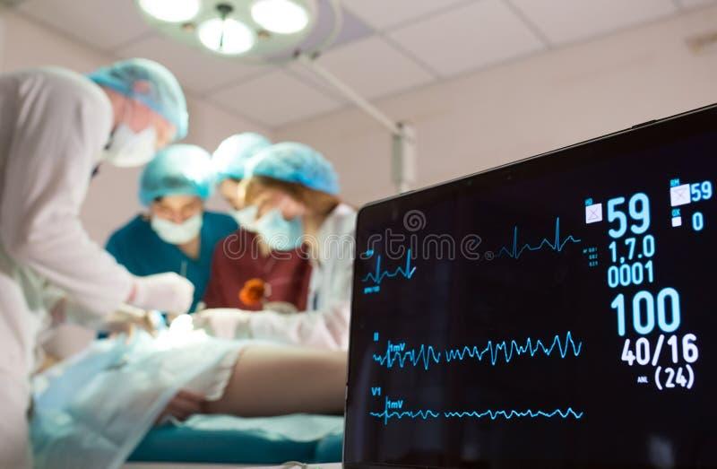 ?berwachung von ECG und von S?ttigung O2 bei dem Patienten im Operationsraum lizenzfreies stockfoto