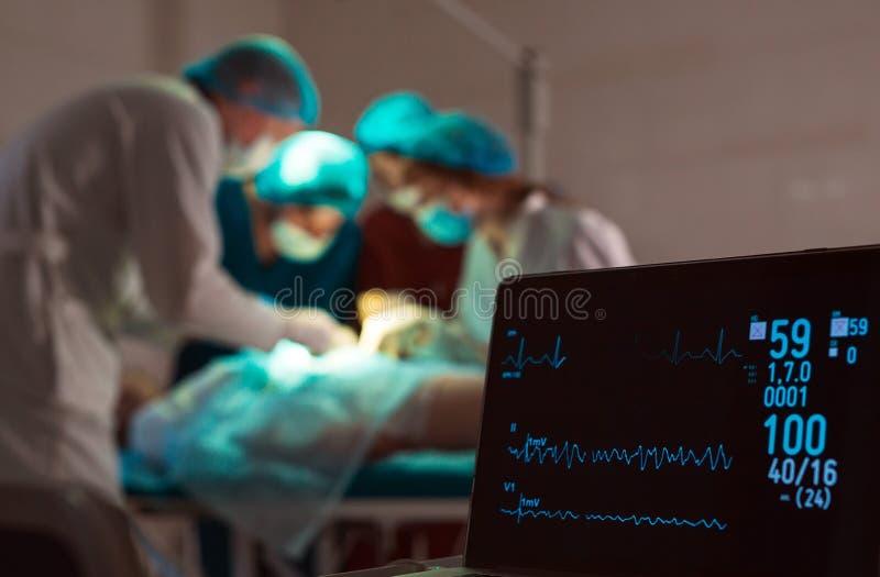 ?berwachung von ECG und von S?ttigung O2 bei dem Patienten im Operationsraum lizenzfreies stockbild
