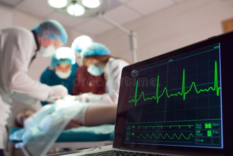 ?berwachung von ECG und von S?ttigung O2 bei dem Patienten im Operationsraum stockfoto