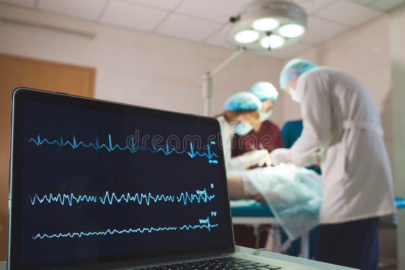 ?berwachung von ECG und von S?ttigung O2 bei dem Patienten im Operationsraum stockbild