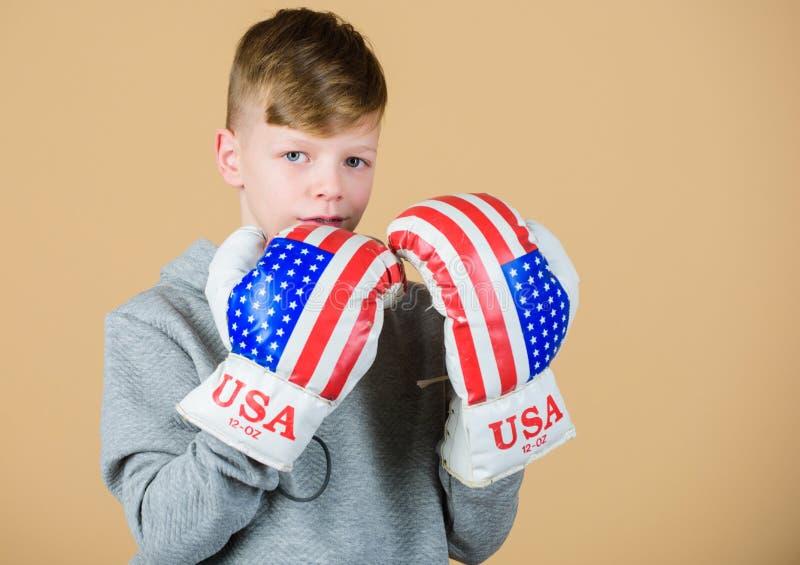 ?berzeugt in seiner St?rke Fangen Sie an, Karriere einzupacken Jungensportler-Abnutzungsboxhandschuhe mit USA-Flagge Amerikanisch stockbild