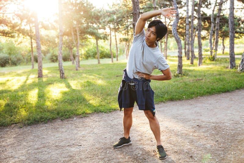 ?berzeugter junger asiatischer Athlet lizenzfreies stockfoto