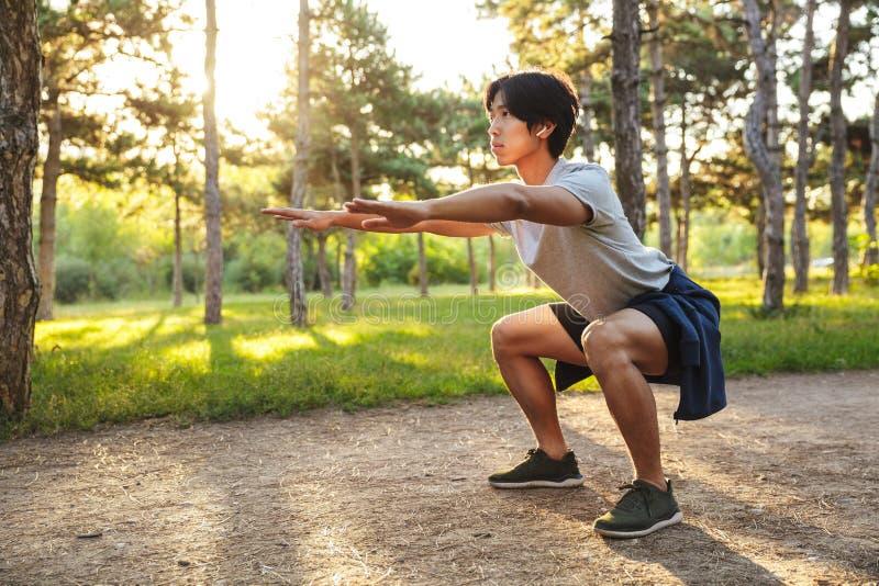 ?berzeugter junger asiatischer Athlet stockbilder