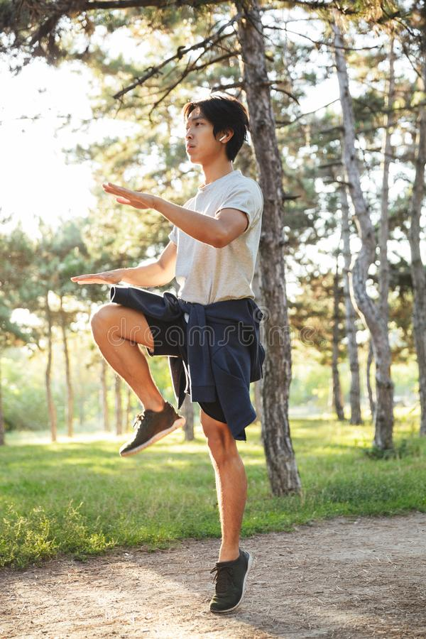 ?berzeugter junger asiatischer Athlet stockbild