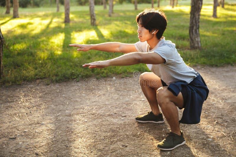 ?berzeugter junger asiatischer Athlet lizenzfreies stockbild