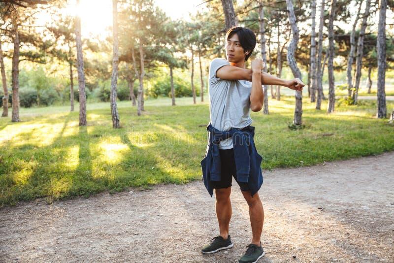 ?berzeugter junger asiatischer Athlet stockfotos