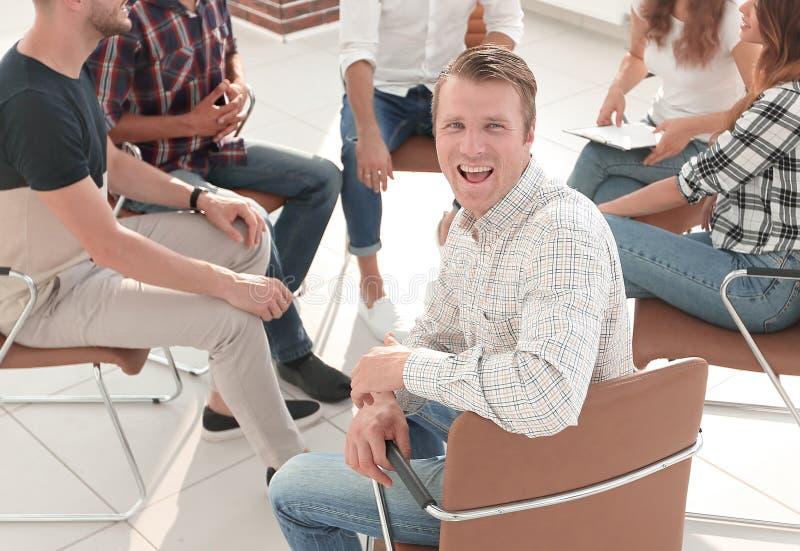 ?berzeugter Manager, sitzend an der Werkstatt lizenzfreies stockfoto