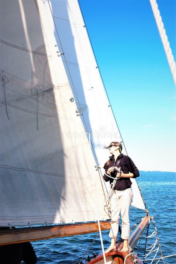 Besättning för yacht för ung kvinna för Portland maine statUSA arkivfoto