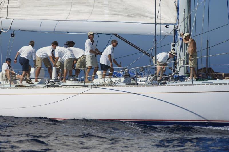 Besättning som arbetar på segelbåten royaltyfria foton