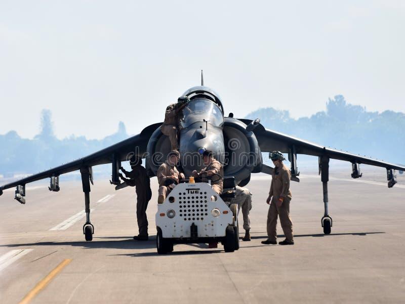 Besättningar hämtar engelsk harhundjaktflygplanet royaltyfri bild