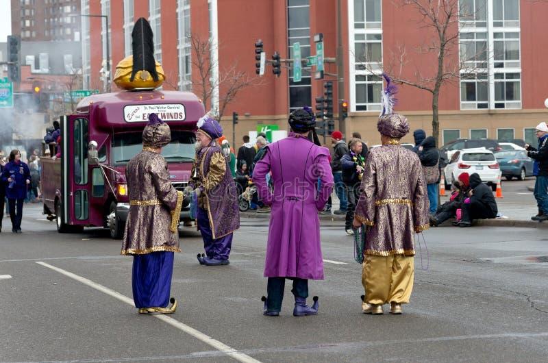 Besättningen för östliga vindar underhåller på karnevalet arkivfoto