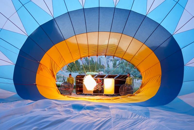 Besättningen förbereder ballongen för varm luft i Cappadocia, Turkiet arkivfoto