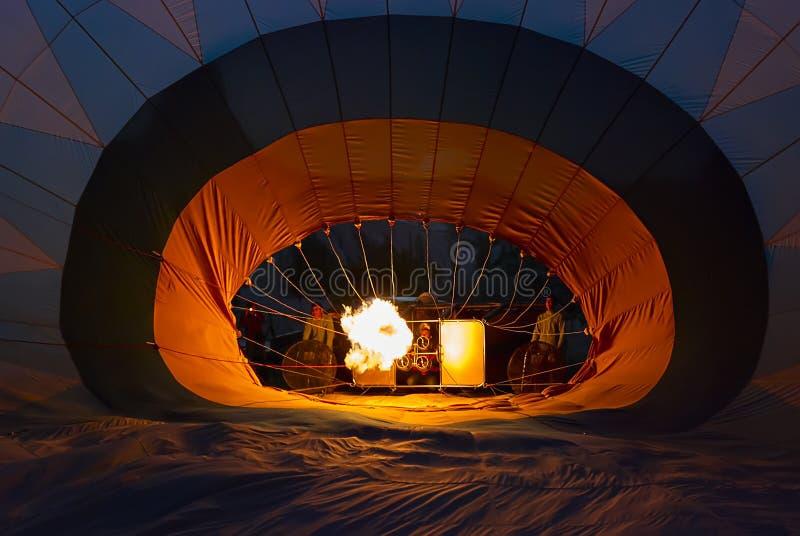 Besättningen förbereder ballongen för varm luft i Cappadocia, Turkiet royaltyfri fotografi