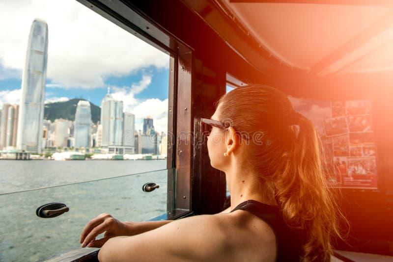 Besök Hong Kong för Gitl kvinnligt kvinnahandelsresande och tafärja fotografering för bildbyråer