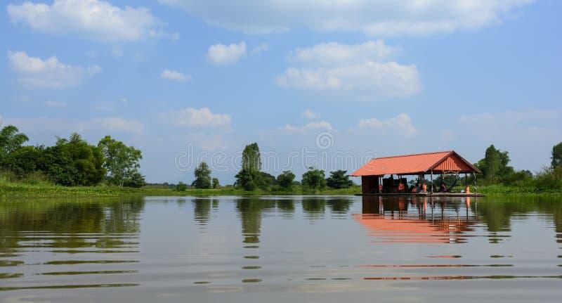 Besöka naturen för att koppla av vid träraftingen på det Chaiyaphum landskapet i Thailand royaltyfri fotografi