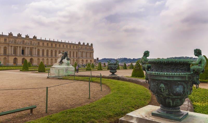 Besöka parkera av den Versailles slotten arkivbild
