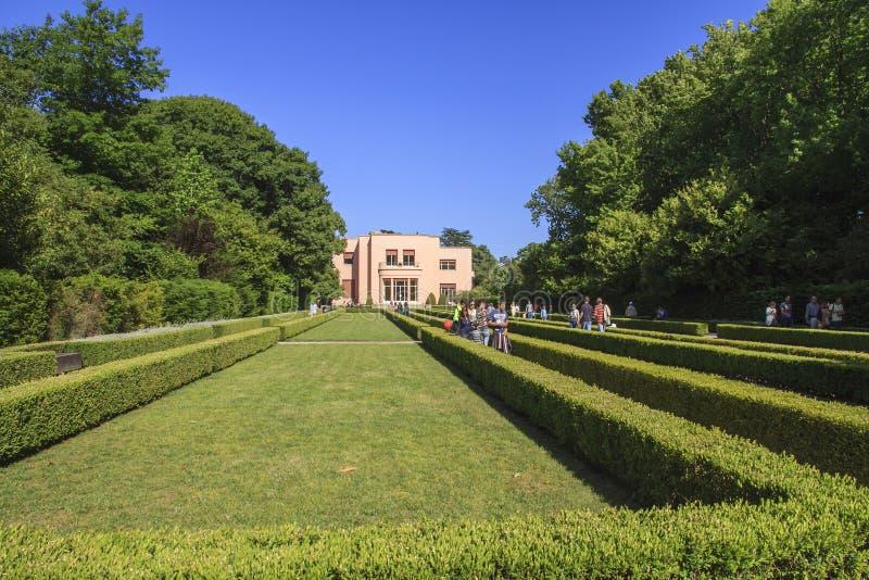 Besöka trädgårdarna av det Serralves huset arkivbild