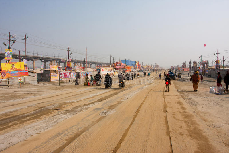 Besökare av den jätte- hinduiska festivalen Kumbh Mela royaltyfria foton