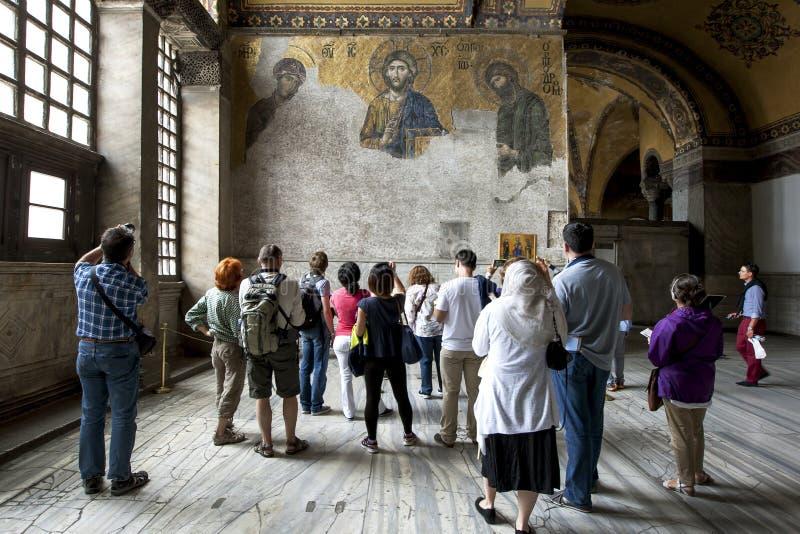 Besökare beundrar århundradet för th för Deesis mosaik 13 i Aya Sofya i Istanbul i Turkiet arkivfoto