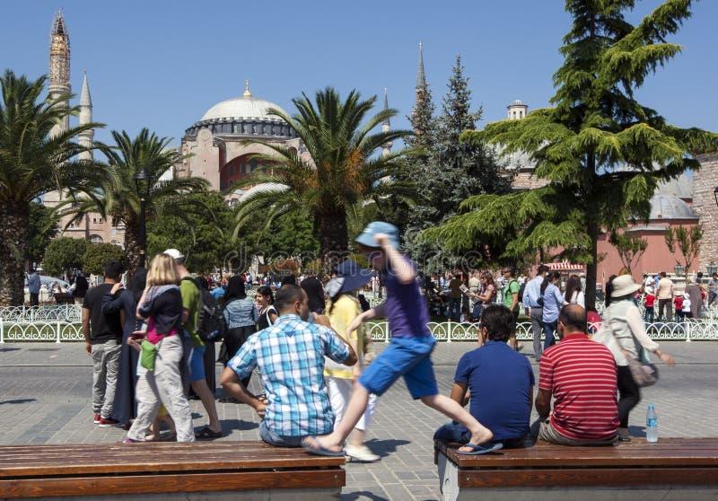 Besökare beundrar Aya Sofya i det Sultanahmet området av Istanbul i Turkiet arkivbild