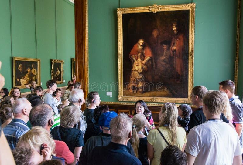 Besökare beundrar målningar av Rembrandt, arkivbild