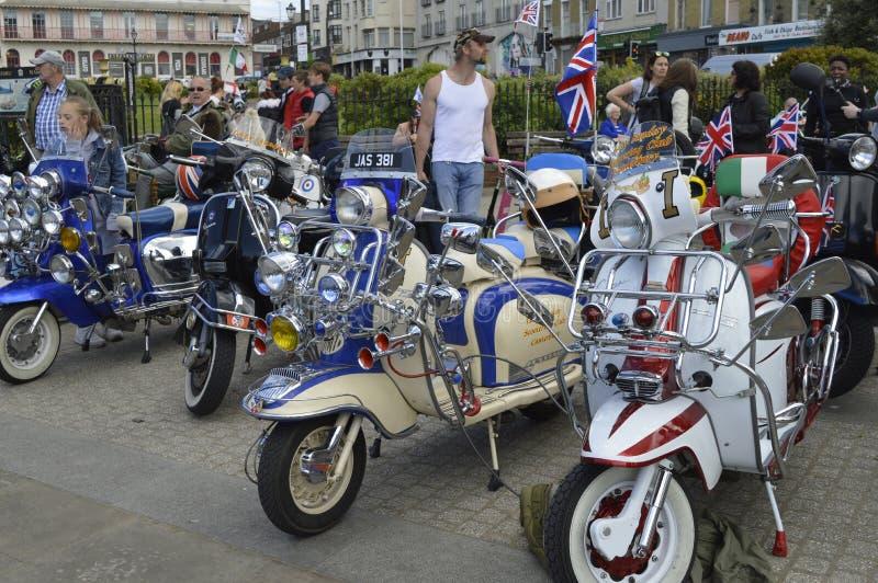 Besökare beundrar mopeder på ritten för cykeln för Margate härdsmälta den årliga arkivfoto